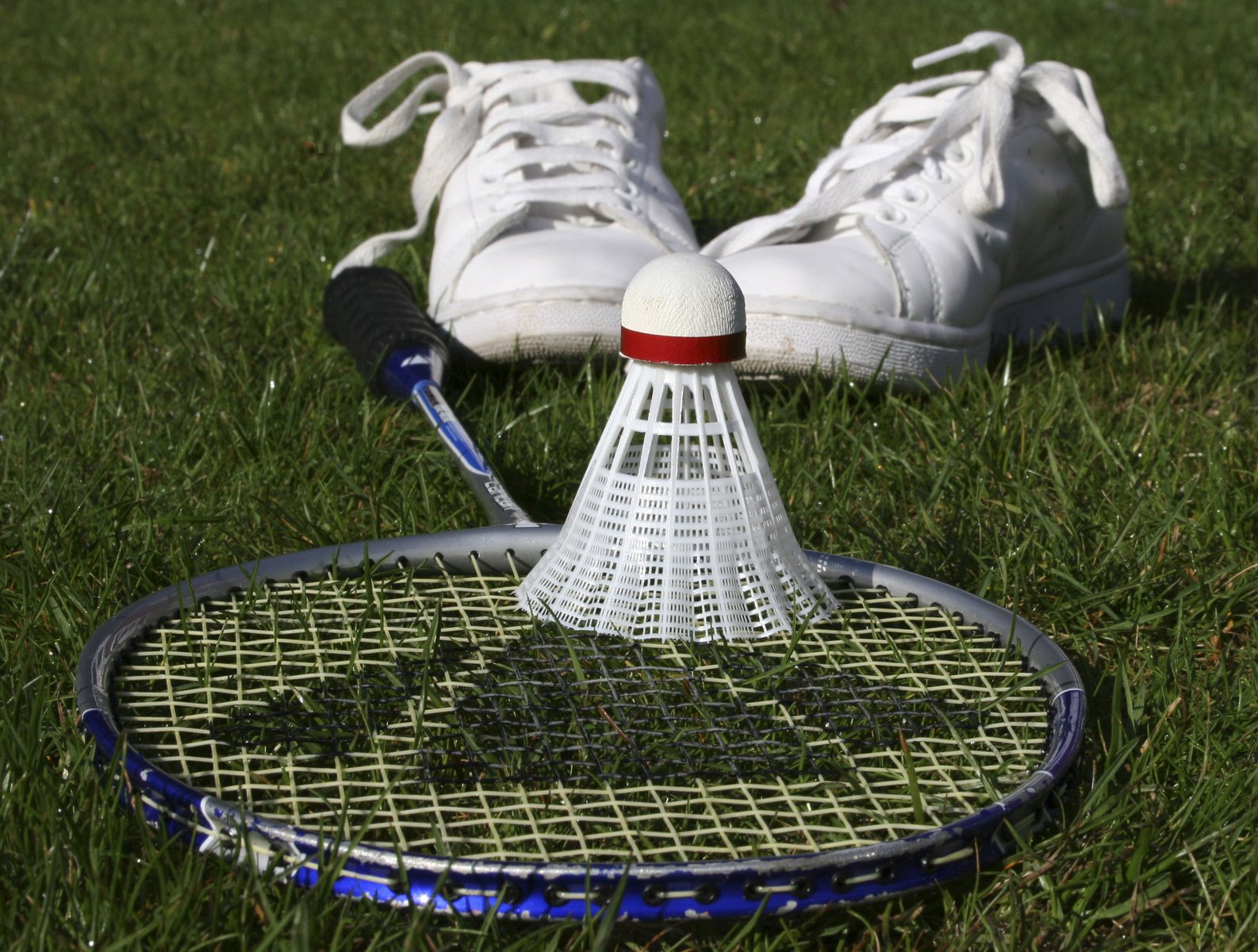 What is the best way to prepare for a badminton tournament?